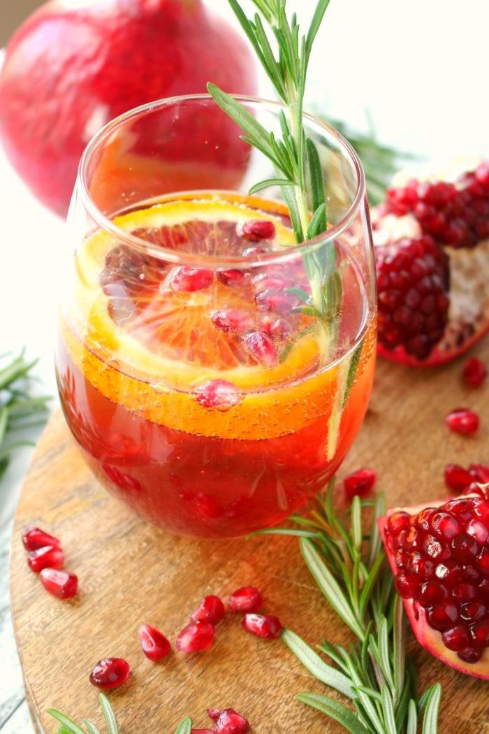 pomegranate-citrus-champagne-cocktail-delightfulemade-vert1