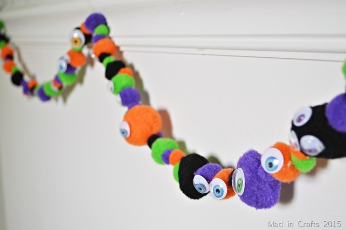 GOOGLY EYED HALLOWEEN POM GARLAND