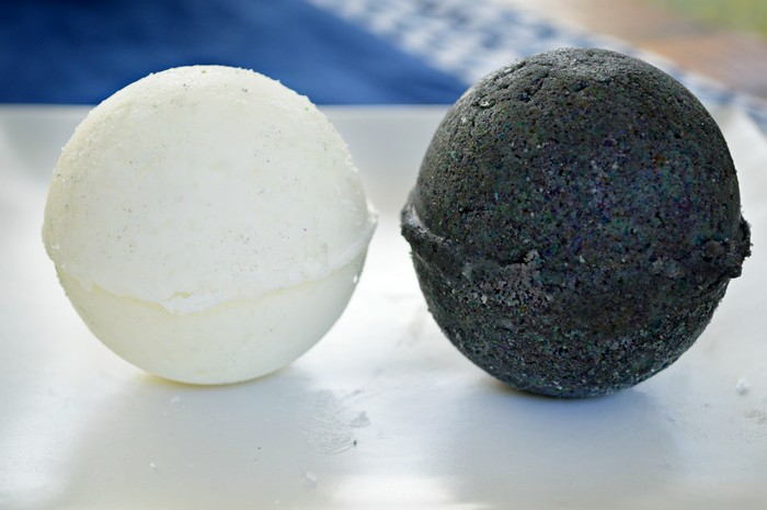 DIY BLACK AND WHITE BATH BOMBS