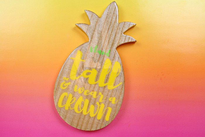 PERSONALIZED PINEAPPLE SIGN USING VINYL AND RESIN